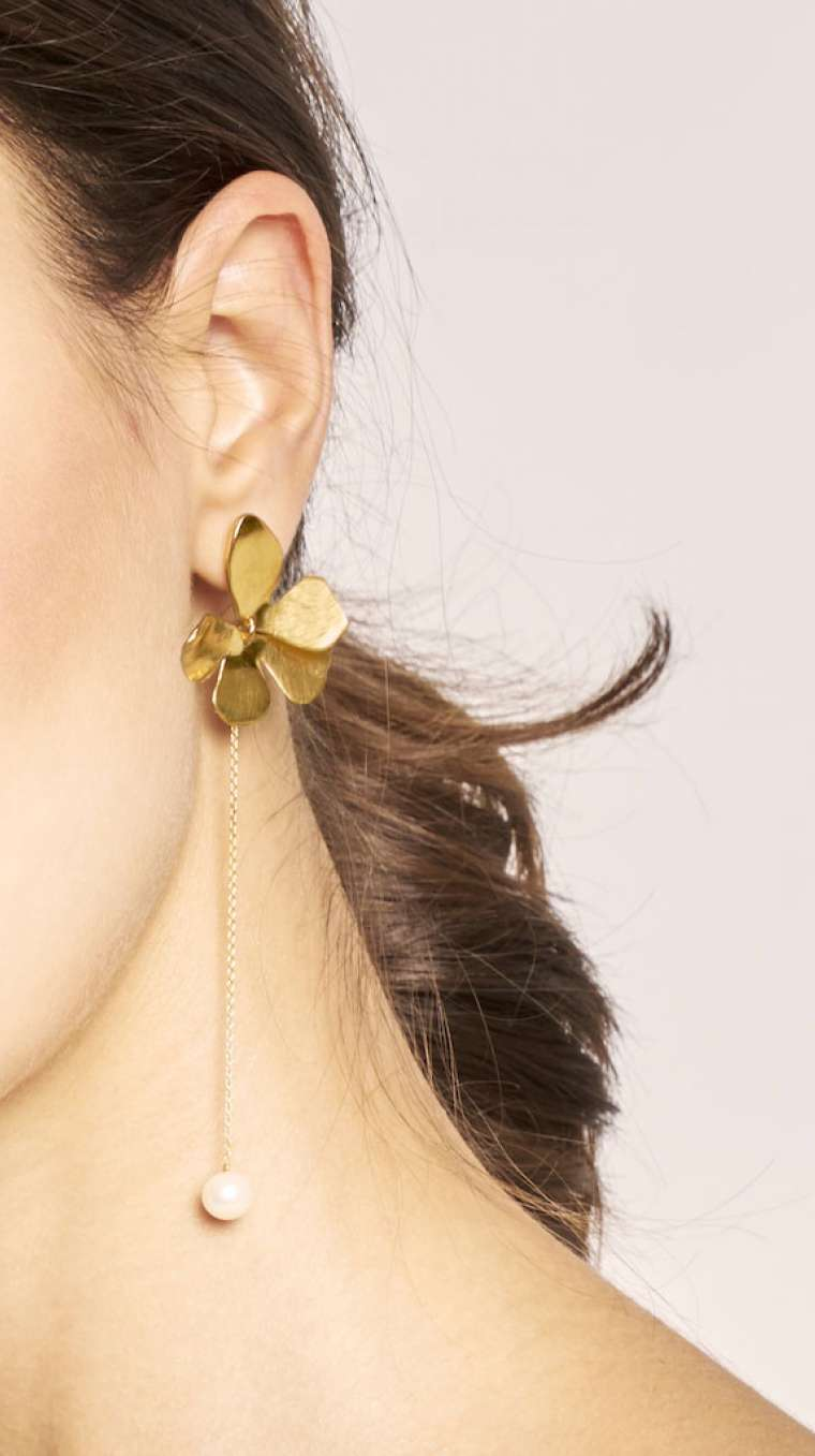 Lumiére Pearl Earrings gold von KJ. ATELIER lookbook